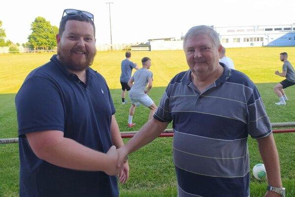 Čoskoro tridsiatnik Tomáš Darnady má vliať janíkovskému futbalu nový život. Z príchodu novej sily sa teší aj legendárny funkcionár klubu Jozef Dolinský (vpravo).