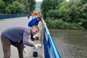 Natieranie zábradlia na moste v Oravskej Porube.