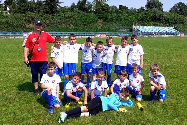 Tím FK Slovan Chrenová U9 s trénerom Vladimírom Violom.