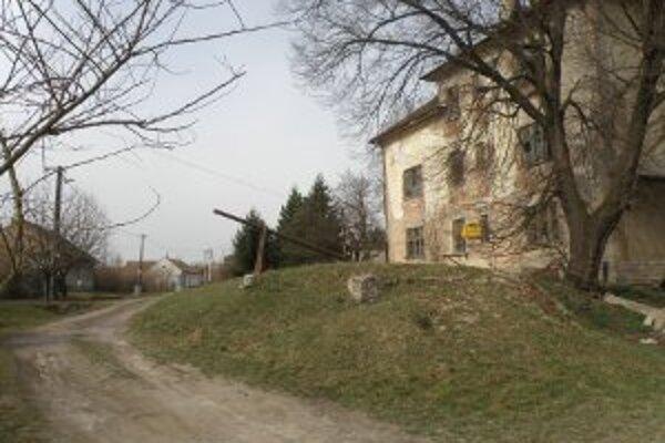 Bývalá colnica. Na tomto mieste v obci Pastovce postavia jeden z dvojice ipeľských mostov.