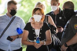 Na snímke uprostred Jana Kuciaková, matka zavraždeného Jána Kuciaka, prichádza na verejné zasadnutie na Najvyššom súde.