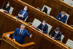 Fico v pléne prečítal pasáže, ktoré sú v správe SIS.