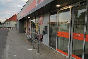 V júni bol poškodený a vykradnutý aj bankomat vo Výčapoch-Opatovciach.