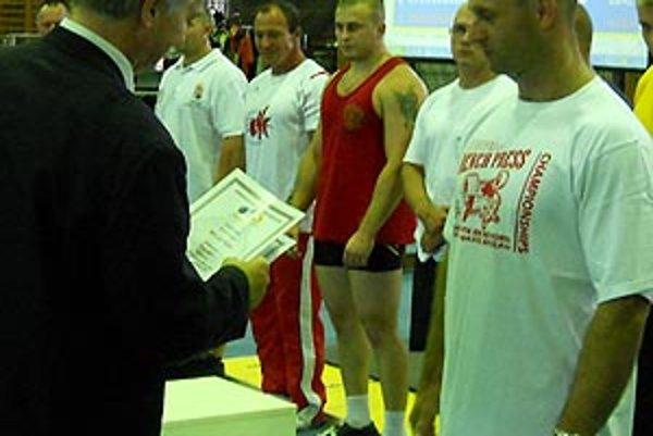 Mário Belan preberá diplom od reprezentačného trénera P. Müllera.