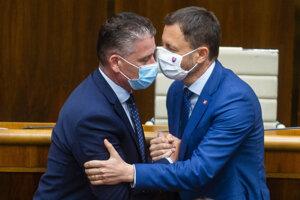 Minister vnútra SR Roman Mikulec a predseda vlády SR Eduard Heger.