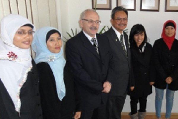 Študentky z Indonézie s rektorom univerzity a indonézskym veľvyslancom.