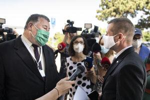 Na snímke zľava epidemiológ Vladimír Krčméry a štátny tajomník Ministerstva zahraničných vecí Martin Klus.