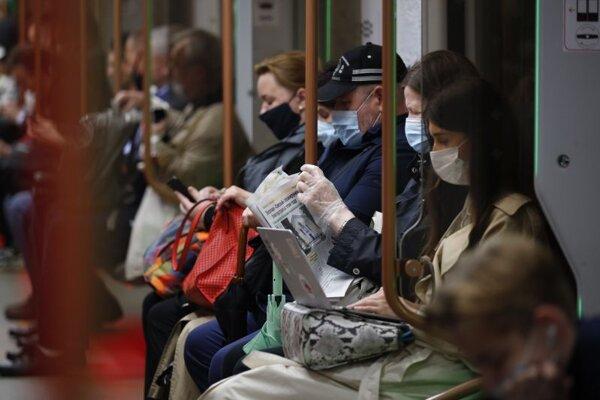 Cestujúci s ochrannými rúškami sedia v moskovskom metre vo štvrtok 10. júna 2021.
