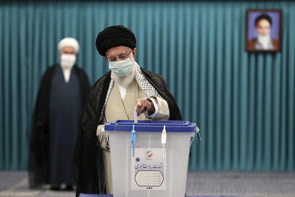 Najvyšší duchovný vodca Iránu ajatolláh Alí Chameneí vo volebnej miestnosti.