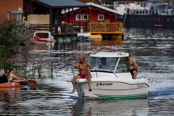 Leto zvyčajne vrcholí v prázdninových mesiacoch. Vplyvom zmeny klímy tropické dni prichádzajú už v júni. Na zábere Jarovecké rameno pri Bratislave počas horúceho dňa v auguste 2020.