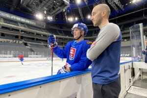 Martin Andreánsky (v popredí) pri slovenskej hokejovej reprezentácii.