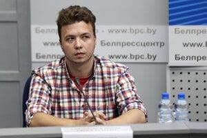 Bieloruský novinár Raman Pratasevič, ktorý bol zadržaný pri vynútenom prístátí lietadla spoločnosti Ryanair v Minsku.