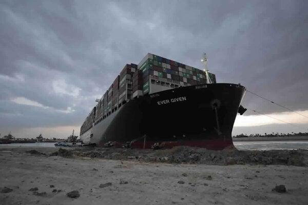 Blokáda Suezského prieplavu denne bránila preprave tovaru v hodnote miliárd dolárov.
