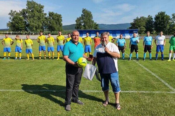 Pred stretnutím si predseda OFK Solčany a starosta obce Juraj Soboňa prevzal z rúk predsedu ObFZ Topoľčany Pavla Šípoša bronzový odznak SFZ pri príležitosti 60. narodenín.