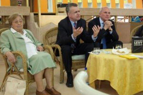 Beseda v kaviarni DAB - zľava Eva Ruthová, Vladimír Palko a František Mikloško.