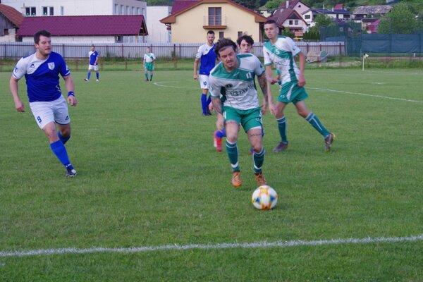 Futbalisti Hriňovej (v bielom) zaknihovali prvú výhru sezóny - ilustračné foto