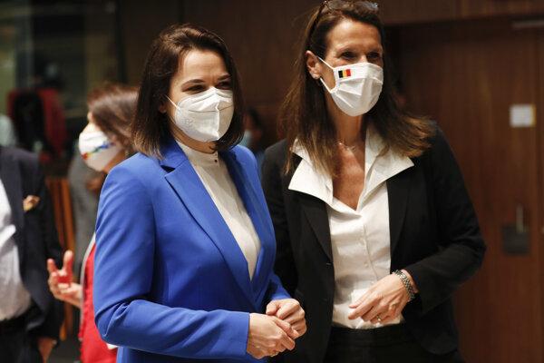 Belgická ministerka zahraničných vecí Sophie Wilmesová (vpravo) pózuje s líderkou bieloruskej opozície Sviatlanou Cichanovskou pred zasadnutím ministrov zahraničných vecí EÚ.