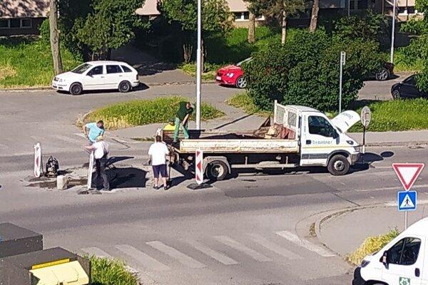 Uprostred S.H. Vajanského opravili prepadnutú vozovku.