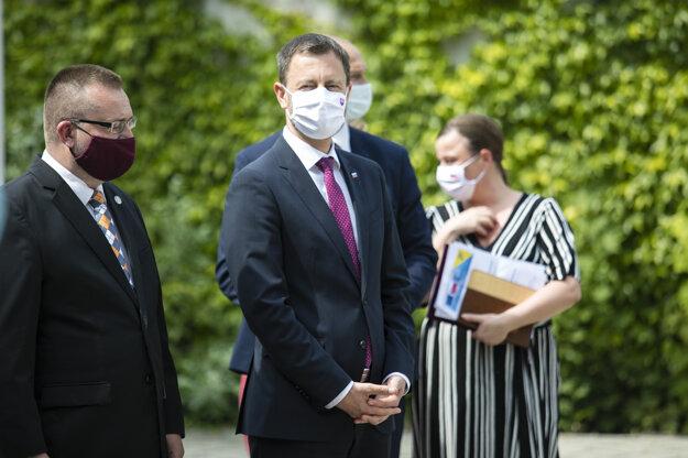 Predseda vlády SR Eduard Heger (uprostred) počas stretnutia s predsedníčkou EK vo Vedeckom parku Univerzity Komenského.