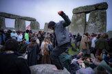 Desiatky ľudí ignorovali odporúčanie a zišli sa na Stonehenge
