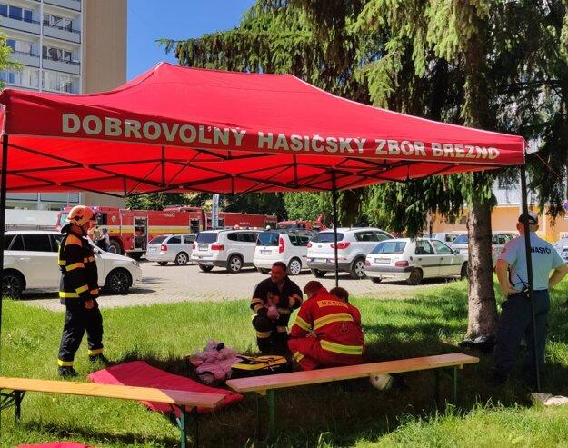 Dobrovoľní hasiči počas taktického cvičenia.