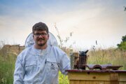 Včelár Pavel Viktorín tvrdí, že mestské lúky ponúkajú včelám rôznorodú stravu.