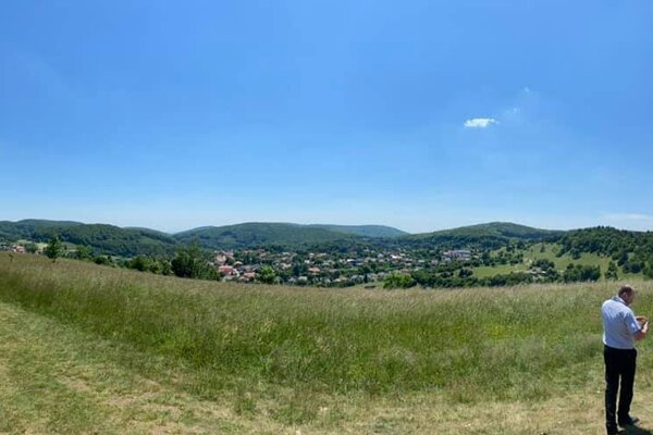 Na snímke v pozadí obec Bükkszentkereszt, nový partner mesta Hnúšťa.