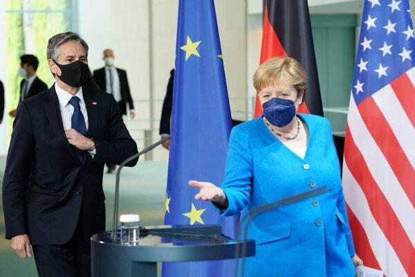 Antony Blinken na svojej prvej návšteve Nemecka od nástupu do funkcie počas stretnutia s kancelárkou Angelou Merkelovovu v Berlíne.