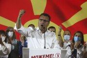 Líder bývalej vládnej strany sociálnych demokratov Zoran Zaev reční pred svojimi stúpencami v Skopje po víťazstve strany v predčasných voľbách v Severnom Macedónsku vo štvrtok 16. júla 2020.