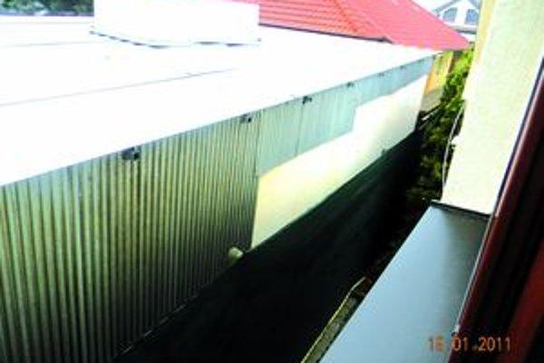 Pohľad na garáž a stolársku dielňu Márie Morvayovej z okna jej suseda.