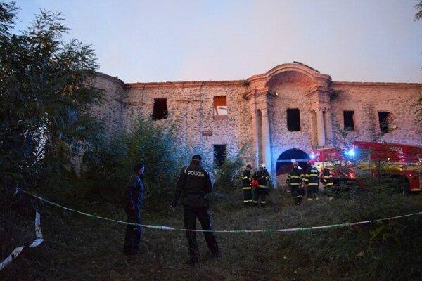 Požiar pripravil schátraný kaštieľ v Ožďanoch o poslednú ochranu pred úplným rozpadnutím v októbri 2019. Aktuálne je opravená len časť z nej.