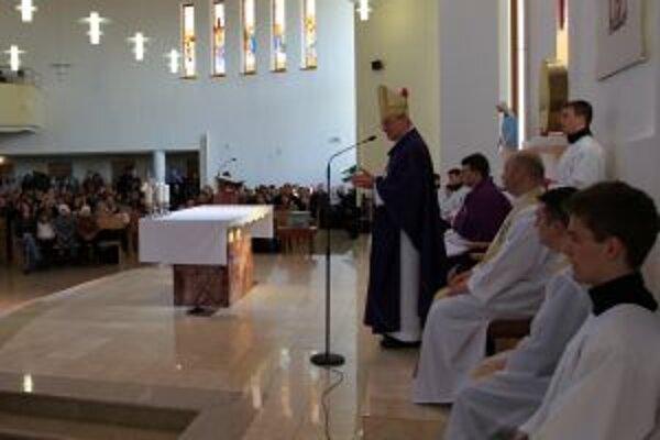 Ordinár František Rábek na stretnutí s veriacimi v kostole sv. Gorazda.