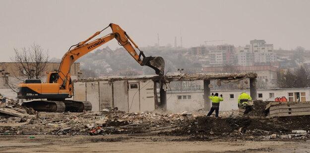 Demolácia a odvoz sutín bytového domu na Mukačevskej ulici.
