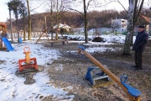Toto ihrisko a park vytvorili dôchodcovia z grantu, ktorý si sami vybavili.