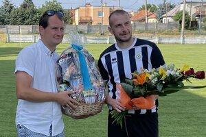 Stanislava Husára si pred výkopom jeho posledného zápasu (v sobotu 1:1 s Belušou) za vrábeľský futbalový výbor uctil jeho brat Miloš.