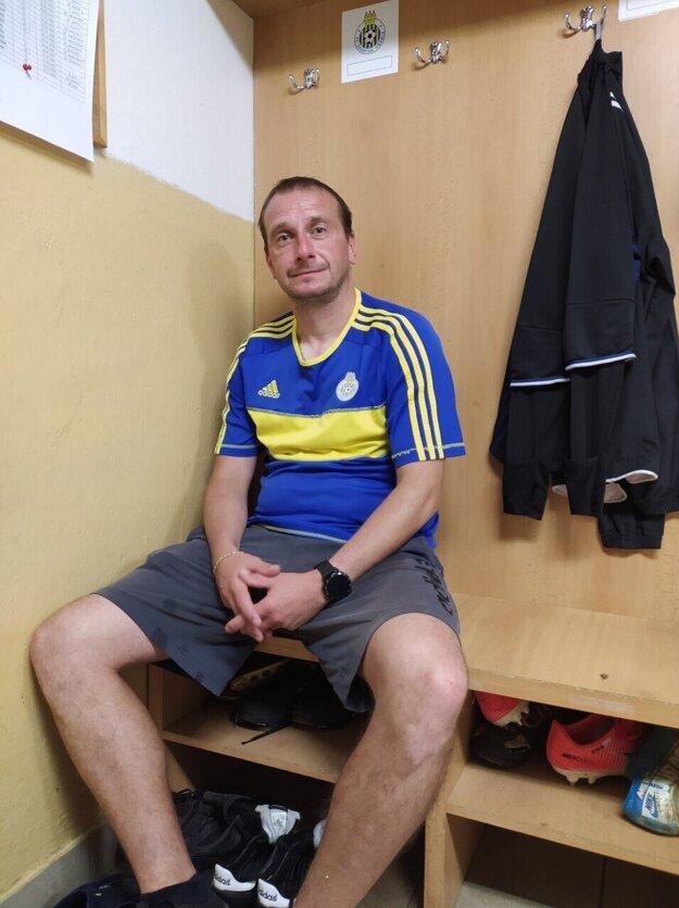 Na typické miesto Stanislava Husára vo vrábeľskej šatni si už sadne ktosi iný.