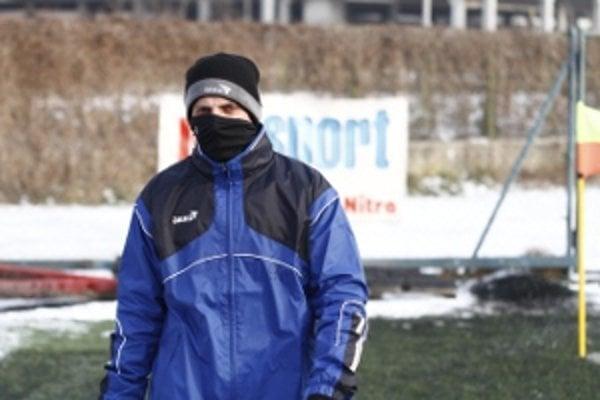 Zima útočí. Futbalisti sa chránia oblečením, ako sa len dá.