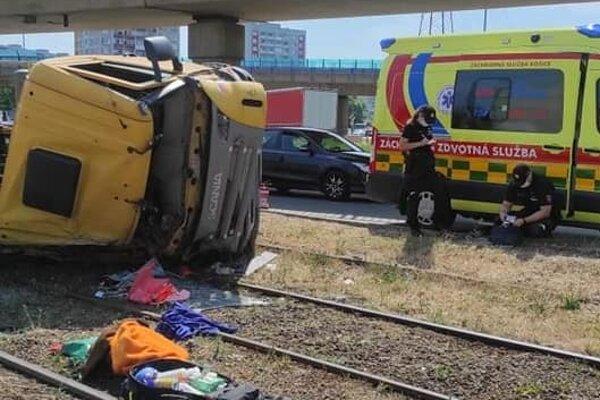 Domiešavač zostal po nehode krížom cez koľajnice.