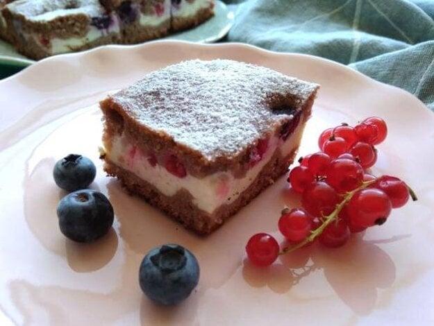 Kefírový koláč s tvarohom a drobným ovocím
