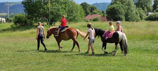 Deti potešila jazda na koníkoch