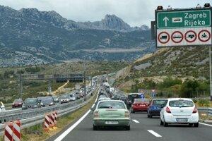 Kolóny na chorvátskej diaľnici A1 pri meste Jasenice.