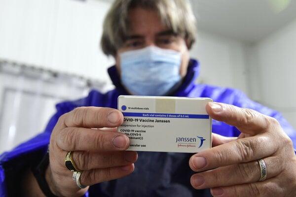Farmaceut drží krabičku s jednodávkovou vakcínou proti ochoreniu Covid-19 od americkej spoločnosti  Johnson & Johnson.