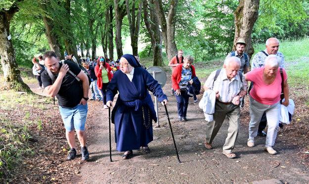 Pútnici počas cesty na Mariánsku horu.