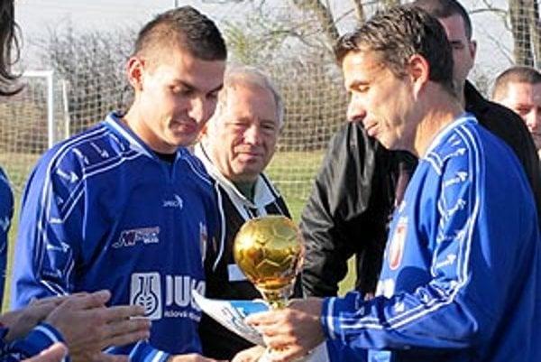 Tomáš Obert (vľavo) sa musel s kariérou profesionálneho futbalistu rozlúčiť. Poslednýkrát obliekol dres Dusla v rozlúčkovom zápase v Gáni po skončení aktuálnej jesennej časti.