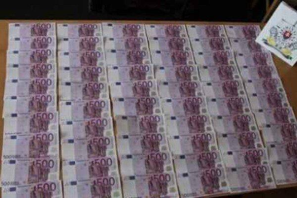 Falošné 500–eurovky. Páchatelia ich tlačili na kopírke.