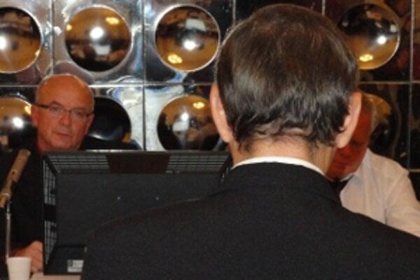 Poslanec Chládek vznáša obvinenia voči primátorovi Lednárovi (vľavo).