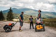 Eva Mazancová s manželom a tromi deťmi od dvoch do šiestich rokov vyrazili na najdlhšiu turistickú trasu na Slovensku. Vozíky si manželia navrhli sami.