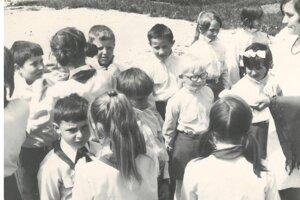 Patrilo to k dobe. Aj v Dražkovciach v ére Československa skladali deti pioniersky sľub.