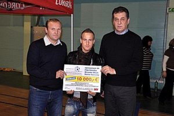 Takto pred rokom prezentovali svoju finančnú pomoc aktéri charitatívnej akcie Milé Vianoce. Zľava Milan Lednický, Miroslav Stoch a Jozef Dvonč.