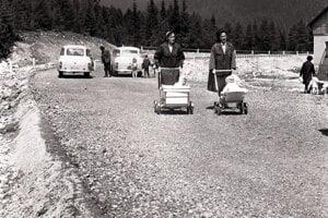 Fotografia zroku 1966: Posledný úsek novej cesty zPodbanského na Štrbské Pleso pred dokončením. Mamičky zPribyliny sa po nej korzovali skočíkmi.